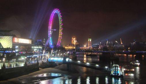 Fin de Año sobre el Tamesis, Londres se ilumina