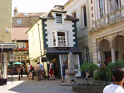 Crooked House, destino en Windsor